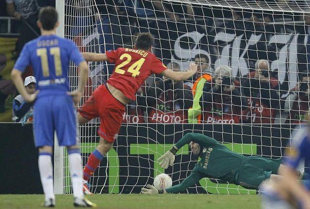 Raul Rusescu ze Steauy Bukurešť překonává brankáře Chelsea Petra Čecha.