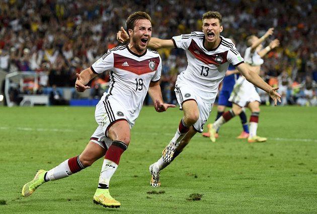 Mario Götze (vlevo) slaví gól v síti Argentiny. Vpravo přibíhá Thomas Müller.