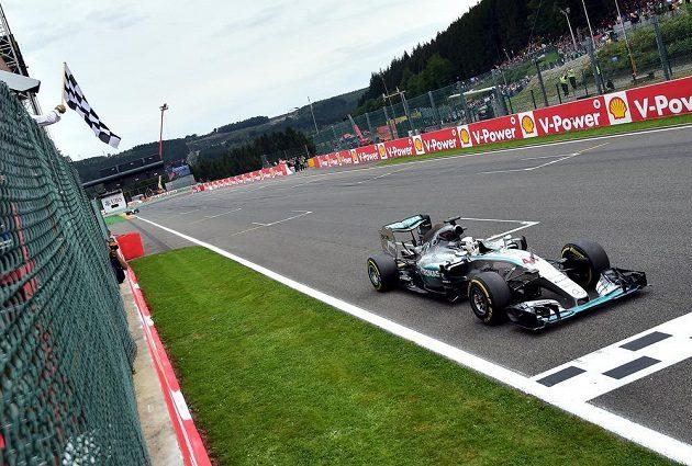 Lewis Hamilton projíždí vítězně cílem při Grand Prix Belgie.