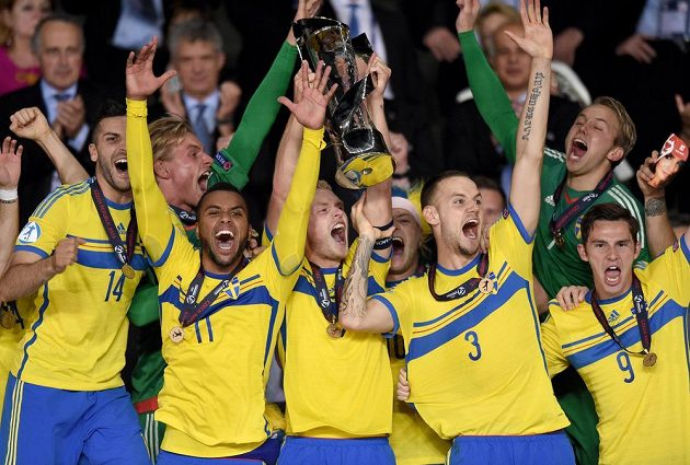 Fotbalisté Švédska slaví titul mistrů Evropy.