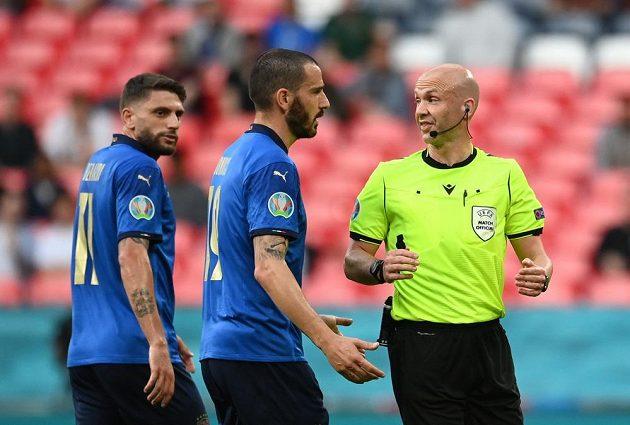 Italský fotbalista Leonardo Bonucci diskutuje s rozhodčím Anthonym Taylorem během osmifinále EURO.