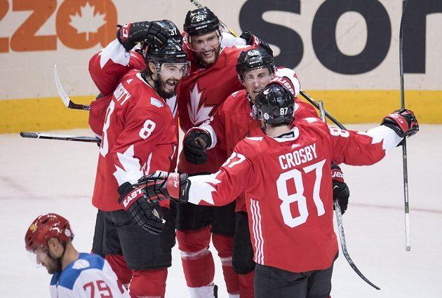 Hokejisté Kanady Drew Doughty (8), Alex Pietrangelo (27), Brad Marchard (63) a Sidney Crosby (87) se radují z gólu.