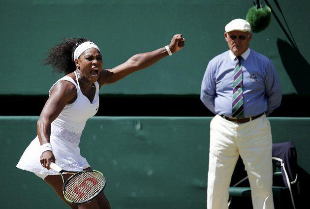 Americká tenistka Serena Williamsová během letošního Wimbledonu proti Španělce Garbiňe Muguruzaové.