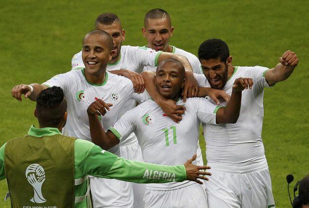Fotbalisté Alžírska slaví gól proti Jižní Koreji, který vstřelil Jasín Brahímí (č. 11).