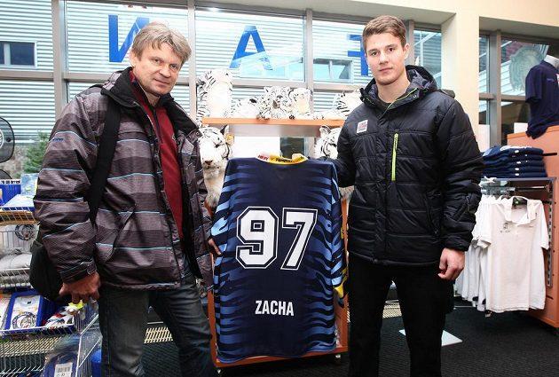 Pavel Zacha starší se svým synem na snímku z roku 2013.