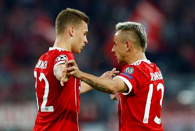 První měli v semifinále Ligy mistrů radost z gólu hráči Bayernu. Skóroval Joshua Kimmich, gratuluje mu spoluhráč Rafinha.