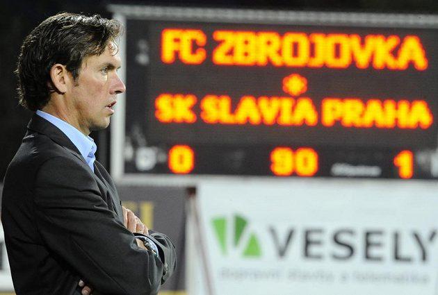 Slávistický kouč Alex Pastoor sleduje penaltový rozstřel.