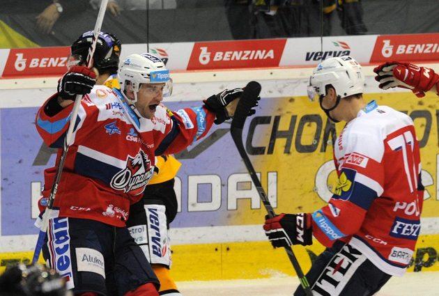 Jan Starý (vlevo) z Pardubic se raduje ze vstřeleného gólu, vpravo útočník Patrik Poulíček.