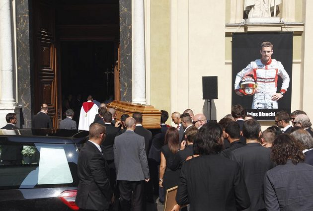 Jezdci F1 vnášejí rakev s ostatky Julese Bianchiho do katedrály v Nice.