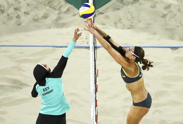 Boj o míč nad sítí. Mnozí diváci sledovali především sportovní dresy hráček.
