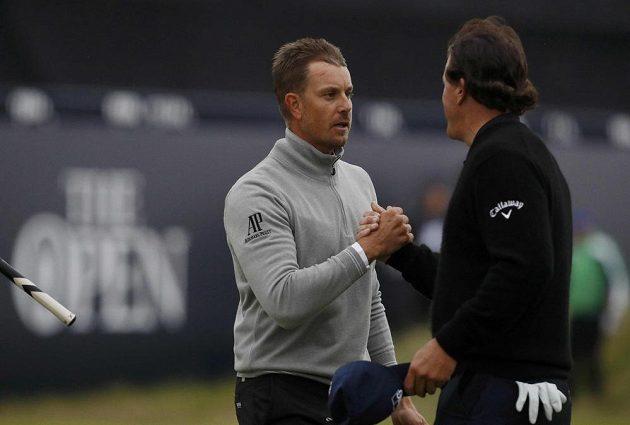 Švéd Henrik Stenson (vlevo) a Američan Phil Mickelson bojují o triumf na 145. golfovém British Open.