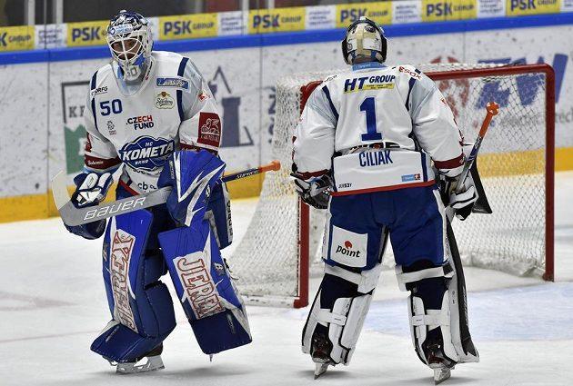 Utkání 44. kola hokejové extraligy: HC Kometa Brno - HC Vítkovice Ridera, 12. února 2020 v Brně. Marek Čiliak (vpravo) střídá po druhém gólu v brance Brna Karla Vejmelku.