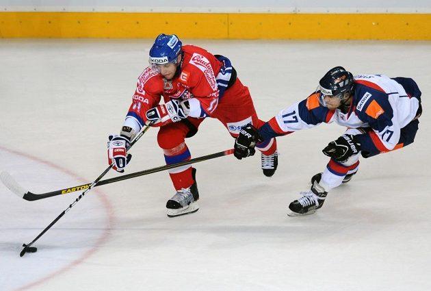Petr Hubáček (vlevo) v souboji se slovenským útočníkem Jánem Sýkorou.