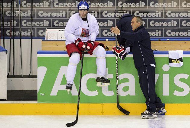 Asistent trenéra Ondřej Weissmann hovoří s Jaromírem Jágrem (vlevo) na rozbruslení před Nory.
