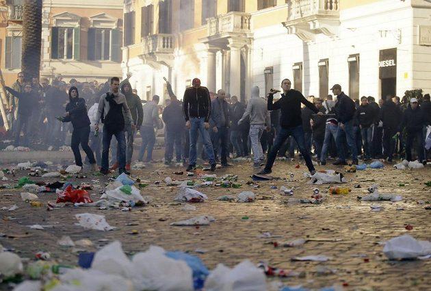 Fanoušci Feyenoordu před utkáním s AS Řím zaútočili na italskou policii.