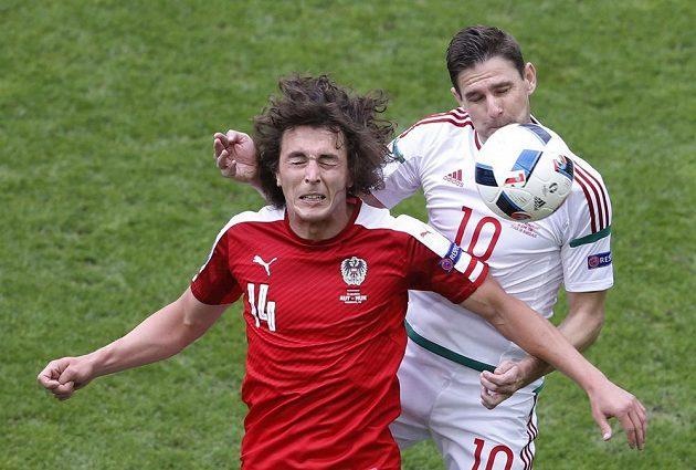 Rakouský fotbalista Julian Baumgartlinger v souboji s Maďarem Zoltanem Gerou.