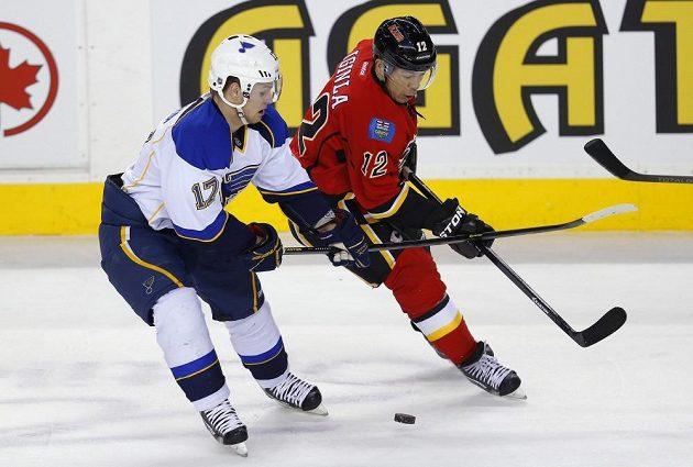 Jarome Iginla z Calgary (vpravo) v souboji s útočníkem St. Louis Vladimírem Sobotkou.
