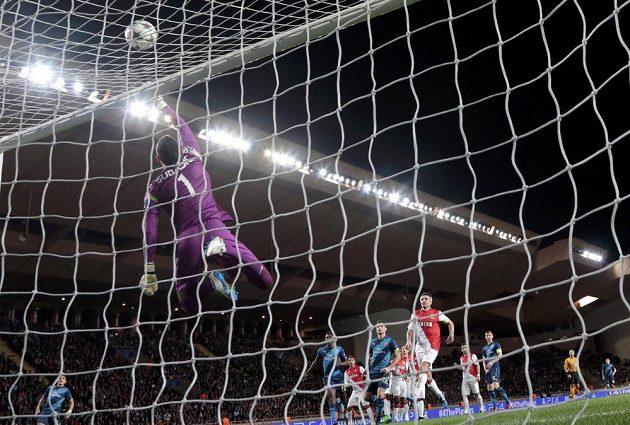 Brankář Monaka Danijel Subašič likviduje na brankové čáře tutovku Arsenalu.