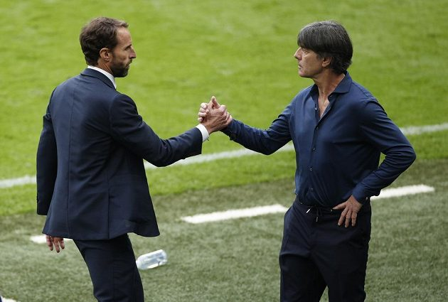 Anglický kouč Gareth Southgate a jeho německý protějšek Joachim Löw po osmifinále.