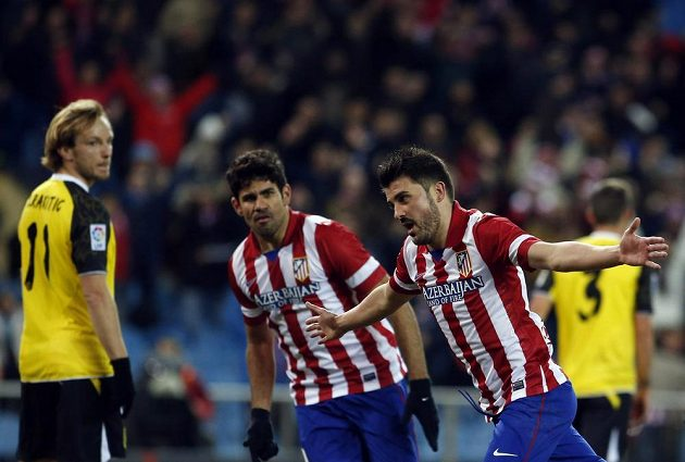 Kanonýr David Villa (vpravo) z Atlétika Madrid oslavuje svůj gól v utkání proti Seville.