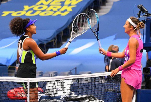 Japonská tenistka Naomi Ósakaová po vítězném finále dvouhry na US Open. Vpravo poražená Běloruska Azarenková.