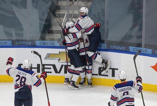 Američané slaví první gól v utkání o zlato s Kanadou.