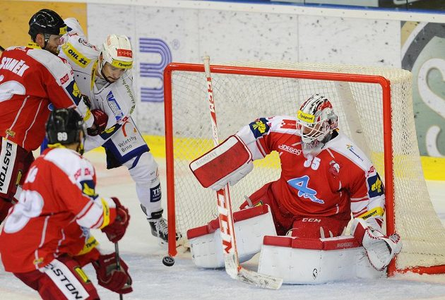 David Ostřížek z Brna dává vítězný gól v utkání proti Olomouci. Zleva jsou dále Robin Staněk, Roman Rác a brankář Jiří Trvaj z Olomouce.