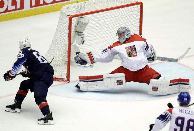 Pavel Francouz inkasuje druhý gól ve čtvrtfinále s USA, překonává ho Cam Atkinson.
