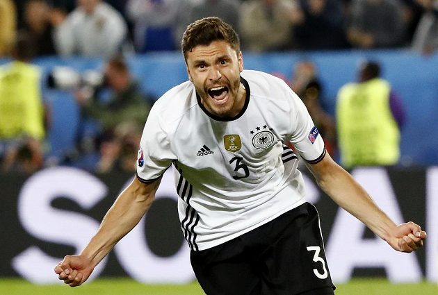Jonas Hector se raduje poté, co poslal německý tým do semifinále fotbalového ME.