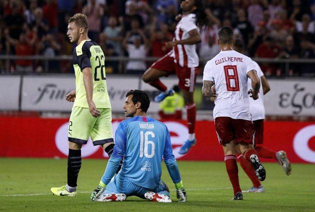 Hráči Olympiakosu se radují. Na kolenou plzeňský brankář Aleš Hruška, vlevo Jakub Brabec.