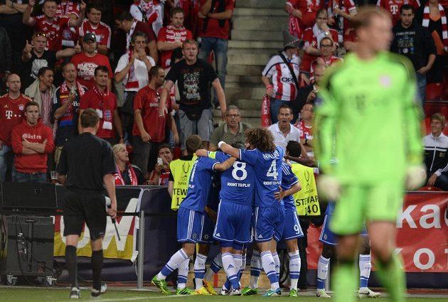 Hráči Chelsea oslavují první gól v Superpoháru proti Bayernu Mnichov.