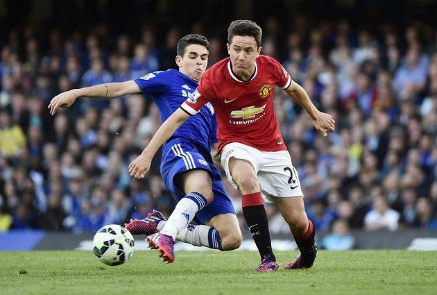 Oscar z Chelsea (vlevo) a Ander Herrera z Manchesteru United.
