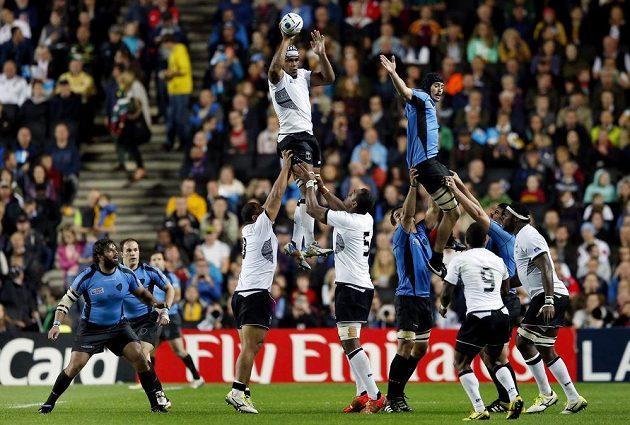 Reprezentant Fidži Dominiko Waqaniburotukula (vlevo nahoře) chytá v zápase proti Uruguayi míč po autu.