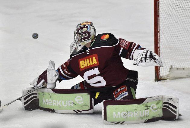 Brankář hokejové Sparty Matěj Machovský.