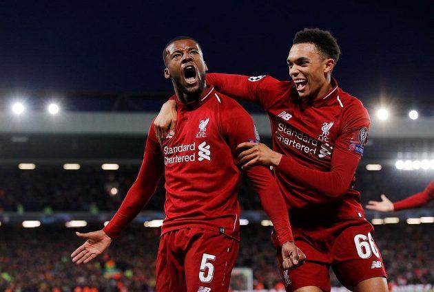 Liverpool jede! Georginio Wijnaldum a Trent Alexander-Arnold jásají po gólu.