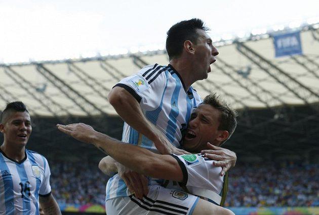 Lionel Messi (nahoře) oslavuje svou rozhodující trefu proti Íránu se spoluhráči z argentinské reprezentace.