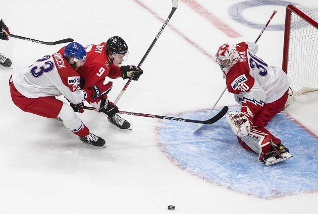 Český brankář Nick Malík sleduje útok kanadského týmu.
