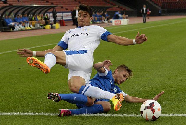 Loris Benito z Curychu (nahoře) a liberecký Martin Frýdek bojují o míč.