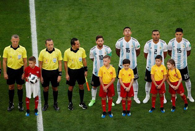 Lionel Messi (10) coby kapitán Argentiny před utkáním s Nigérií.
