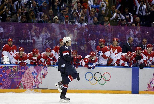Americký hokejový útočník T. J. Oshie se raduje z vítězného nájezdu proti Rusku.
