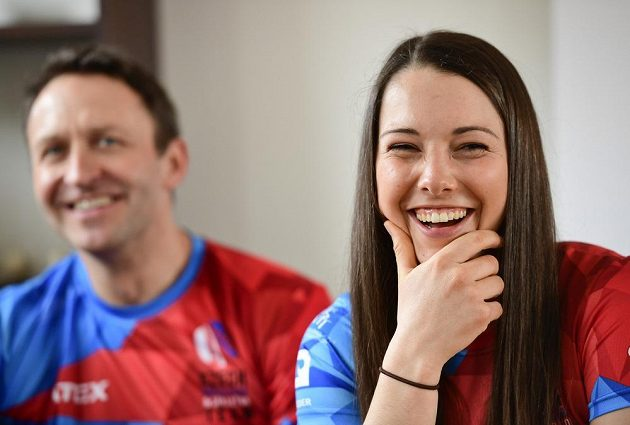 Juniorská mistryně světa ve skeletonu Anna Fernstädtová a reprezentační trenér Dawid Kupczyk (vlevo).