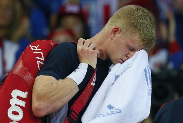 Smutný britský tenista Kyle Edmund po porážce s Belgičanem Davidem Goffinem ve finále Davis Cupu.