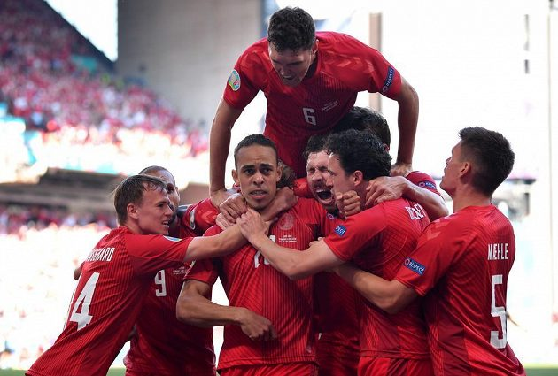Dánští fotbalisté se radují z branky