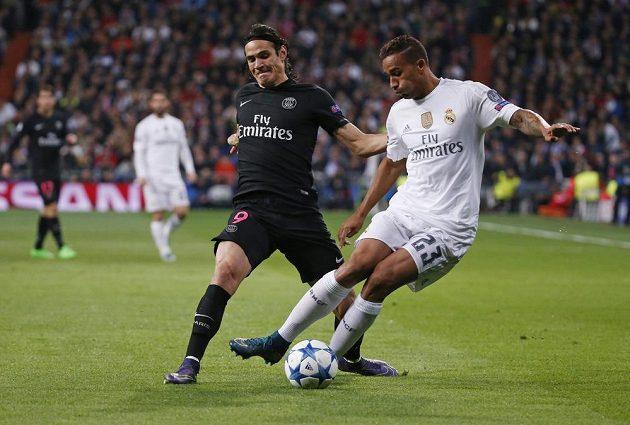 Edinson Cavani z Paris SG a Danilo z Realu Madrid při utkání LM.