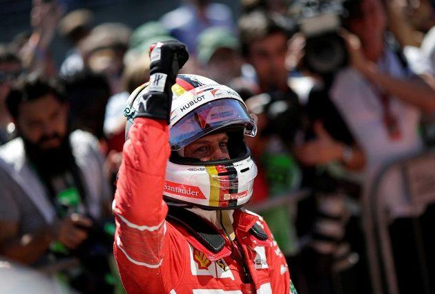 Němec Sebastian Vettel jásá po vítězství ve Velké ceně Brazílie.