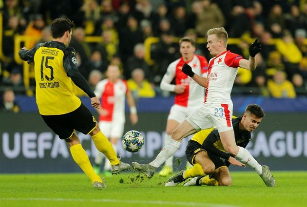 Slávista Petr Ševčík se snaží zablokovat střelu Matse Hummelse z Dortmundu.