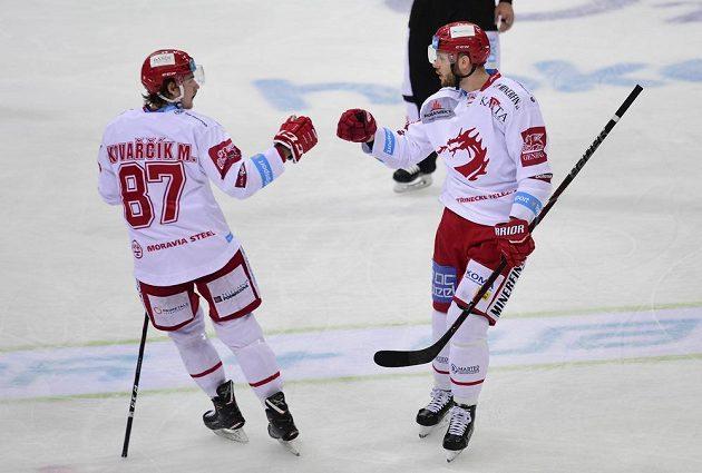 Autor druhého gólu Třince Vladimír Roth přijímá gratulaci od spoluhráče Michala Kovařčíka.