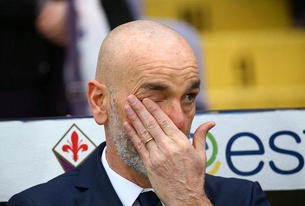 Trenér Fiorentiny Stefano Pioli během minuty ticha před zápasem jen těžko zadržoval slzy.