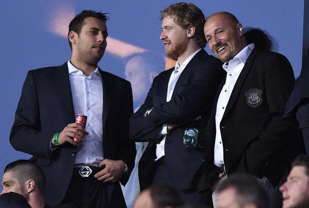 Čeští hokejisté Ondřej Pavelec (vlevo), Jakub Voráček a televizní expert Luděk Zelenka sledují utkání 27. kola AC Sparta Praha - FC Viktoria Plzeň.
