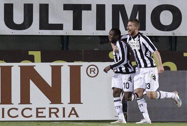 Innocent Emeghara ze Sieny (vlevo) se raduje společně se spoluhráčem Rubinem ze vstřelení gólu do sítě Lazia Řím.